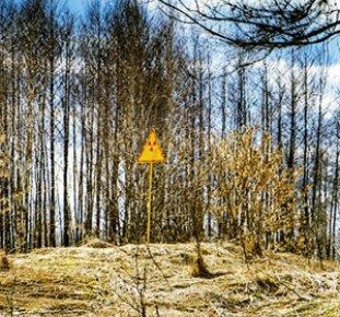 Skylt varnar för radioaktivt område.