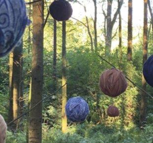 Konstutställning, nystan hänger från träden