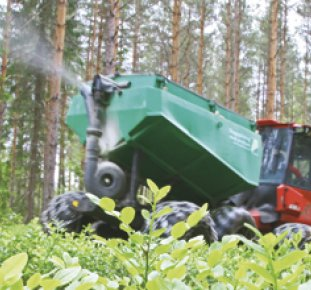 Gödsel sprids i skogen