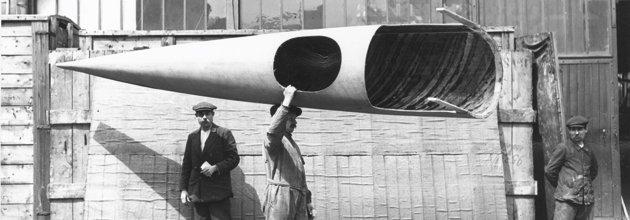 Fabriksarbetare bär en flygkropp av plywood, 1910-talet.