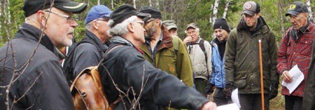 Skogsägare på plats för att lära sig om gränser för skogsfastigheter.