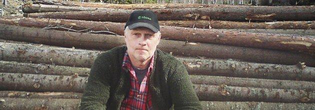 Johan Bergström sitter på timmeravlägg