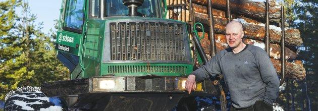Klas Ingesson bredvid sin egen skotare på skogsfastigheten i Bjärkefall 2010.