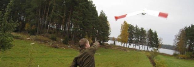 Andreas Abramsson Barrstrand skickar iväg drönaren.