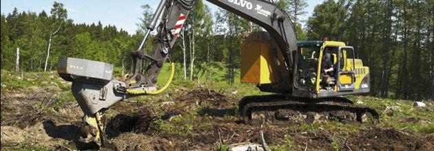 Grävmaskin arbetar i skogsmark