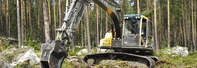 Grävare på stenig skogsmark. Per Ericsson/SKOGENbild