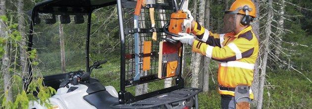 Skyddsbågen på fyrhjulingen används som redskapsbärare.