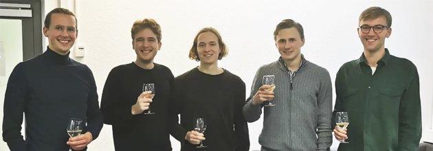 Teknikstudenterna från Lund firar vinsten med bubbel i glasen.